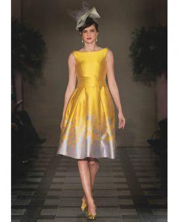 Vestidos de fiesta modelo Soleil con tablas . estampado amarillo tostado con degradado en pala en el bajo.
